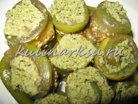 Трубочки из баклажан с ореховой пастой