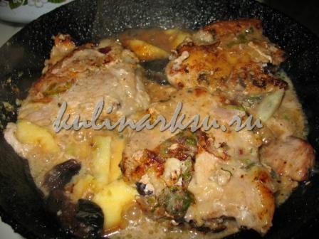 Свинина в сливовом маринаде с яблоками и черносливом