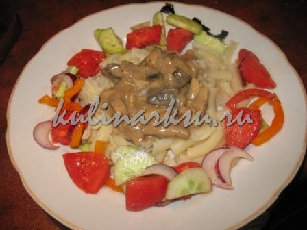 Печень по-строгановски с грибами и сметаной