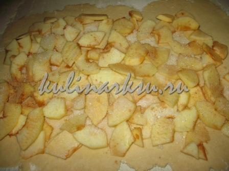 Вкусный рулет с яблоками и корицей