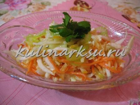 Полезный салат с черешковым сельдереем и пекинской капустой