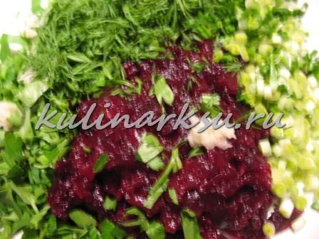 Свекольный салат с зеленью и черемшей