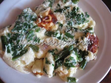 Омлет с фасолью, жаренный на сале