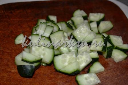 Праздничный салат из авокадо в сырной корзинке