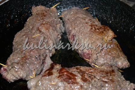 Праздничный рулет из говядины с вишней
