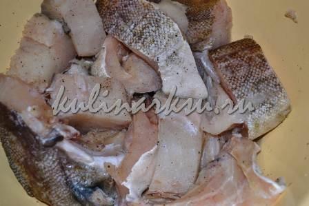 Нарезанная рыба, обсыпанная специями и маринованная лимонным соком