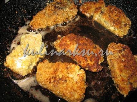 Обжаренная в масле рыба в ореховой крошке