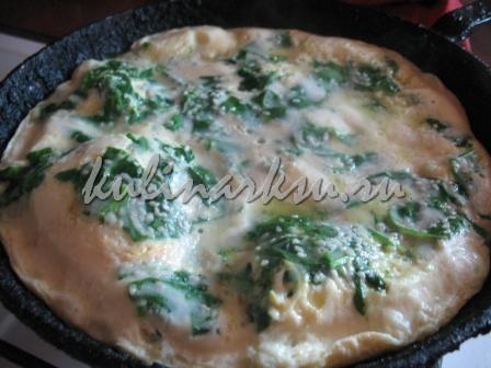 Омлет со шпинатом на сковороде под крышкой