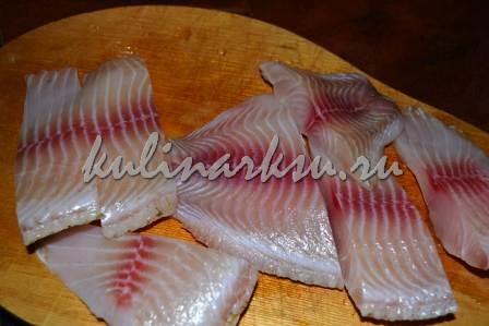 Порезанные куски филе рыбы