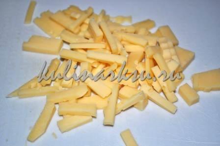Нарезанный ломтиками сыр