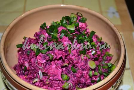 Готовый оригинальный салат со свеклой в красивой тарелке