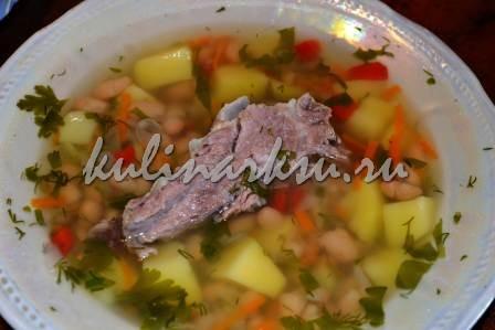 Вкусный фасолевый суп в тарелке