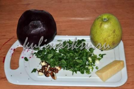 Отваренная свекла, нарезанная зелень, орехи и яблоко на доске