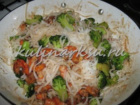Рисовая лапша с креветками в чесночном соусе по-тайски
