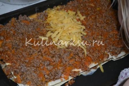 Фарш на листах лазаньи, обсыпанный сыром