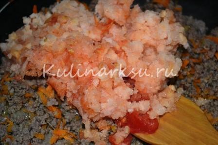 Фарш с измельченными томатами на сковороде