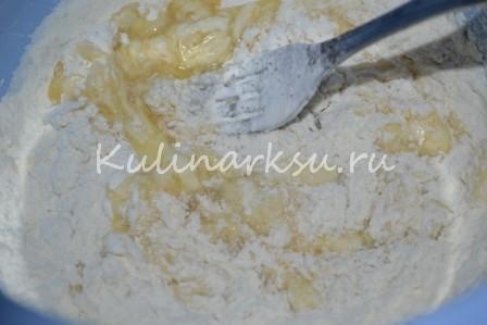 мука с яйцами и сахаром