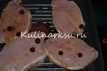 Сочные свиные отбивные с клюквенным соусом