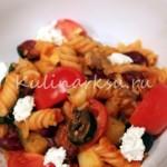 Теплый острый салат-паста Фузилли с куриной грудкой